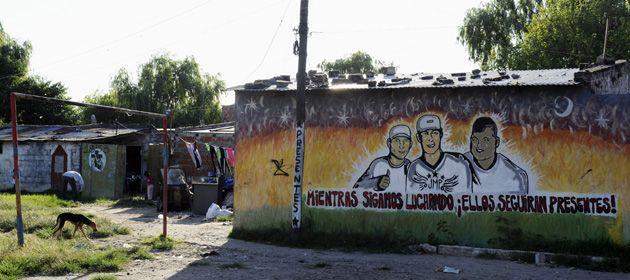 La calles de villa Moreno recuerdan con graffitis a los tres chicos asesinados en 2012.