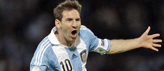 Golazo. Messi acaba de clavar el tiro libre que sería el tercero y lo celebra tras dos tiros en los palos.