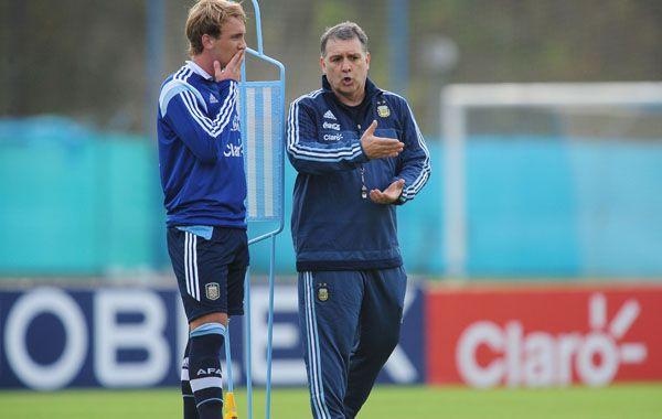 El Tata Martino dialoga con Biglia durante el entrenamiento albiceleste.