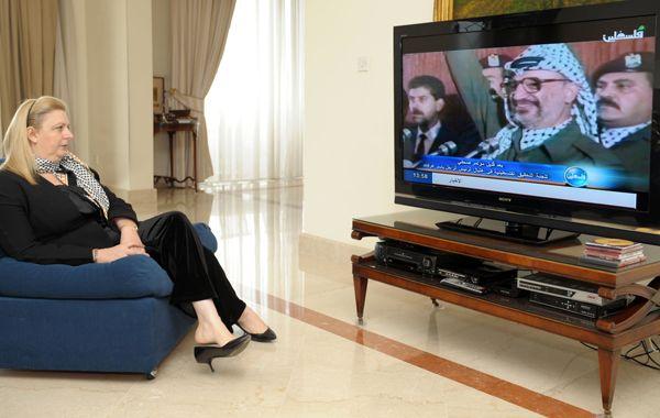 Suha Arafat mira un informe por televisión sobre su marido
