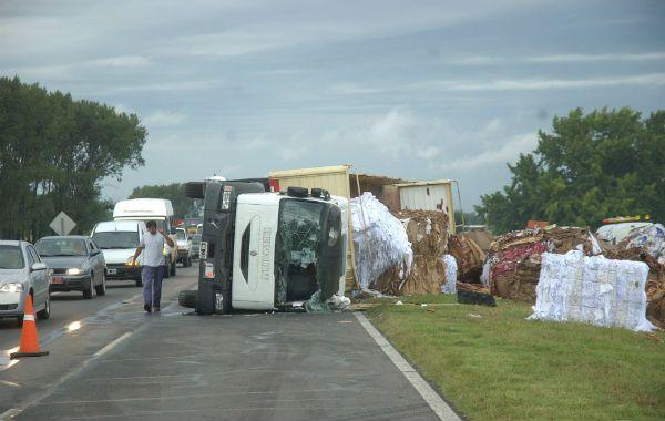 El camión derramó la carga a la altura de Arroyo Seco por lo que el tránsito fue desviado hacia la ruta 21.