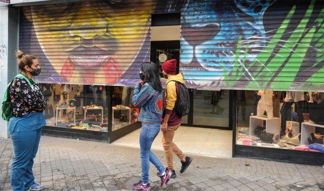En calle San Luis esperan novedades sobre cómo será la actividad comercial.