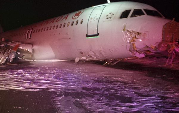 flor de susto. El Airbus A320 de Air Canadá con la nariz y el tren de aterrizaje destrozados