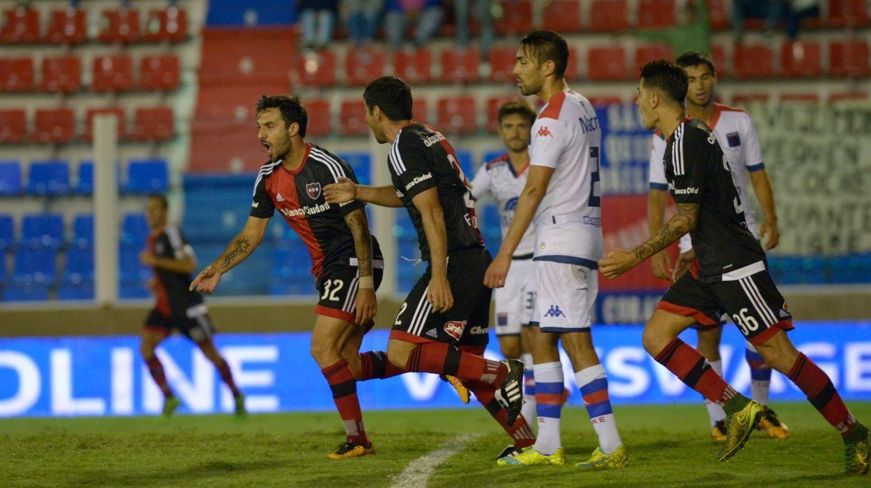 Scocco llegó a los 62 goles con la camiseta de Newells y alcanzó en el puesto 11 a Sergio Almirón. (Foto: S. Suárez Meccia)