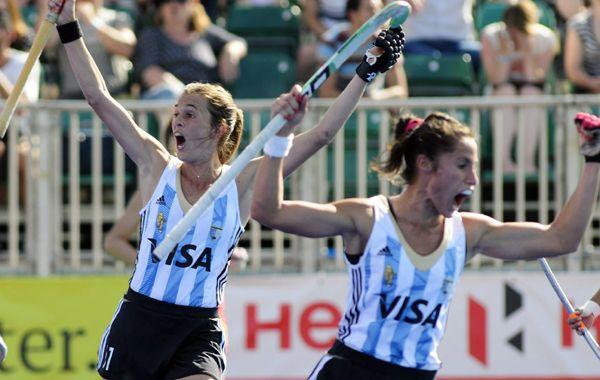 Carla Rebecchi marcó el gol sobre el final y lo festeja con todo en Londres.