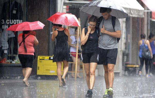 El agua se hizo sentir. Las últimas jornadas obligaron a los rosarinos a guarecerse bajo los paraguas.