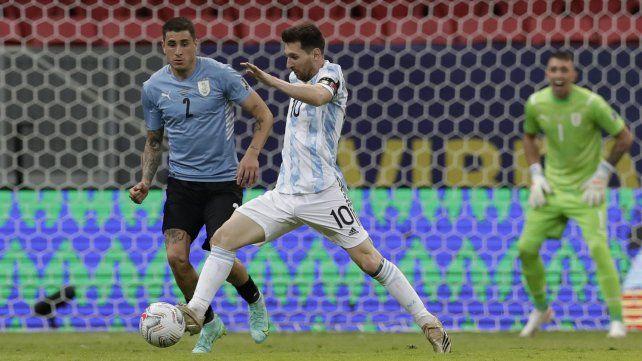 Lionel Messi controla el balón mientras el uruguayo José Giménez lo desafía. Foto AP Photo / Eraldo Peres