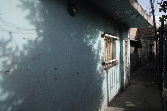 Las paredes de la casa de Nélida Benítez muestran las perforaciones de los balazos disparados en febrero.