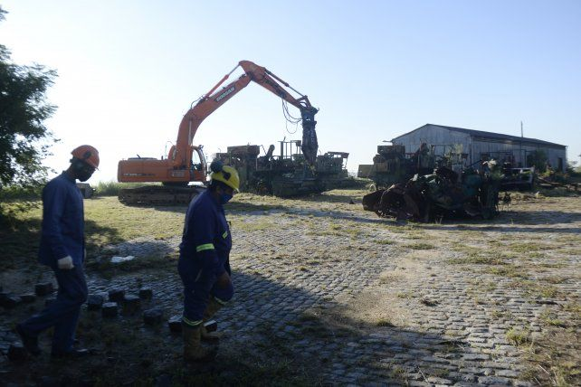 Las cuadrillas comenzaron ayer a liberar la chatarra del predio de la ex Zona Franca de Bolivia.