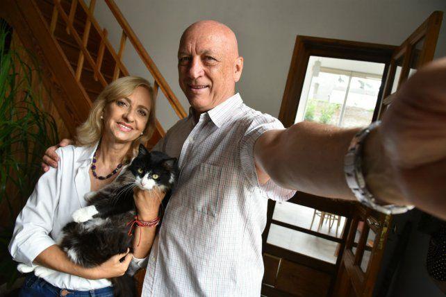 Autofoto. Antonio Bonfatti junto a pareja