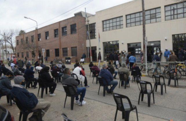Hospital Gamen. Los pacientes del vacunatorio esperaron este martes en forma ordenada en sillas que la Municipalidad volvió a instalar en la vereda