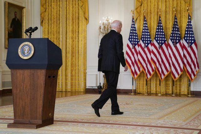 Biden se retira del atril luego de dar su mensaje desde la Casa Blanca.