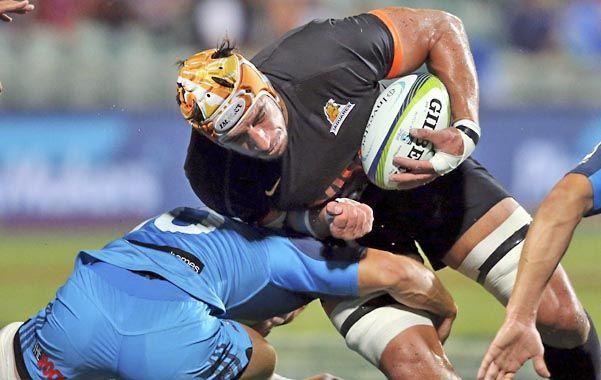 Freno. Lavanini es tackleado por West. Jaguares dio un mal paso en Auckland.