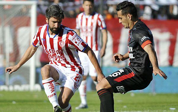 Foto clásica. Diego Villar (ex Newell's) y Matías Ballini (ex Central) disputan la posesión en la mitad de la cancha.