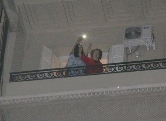 Charly García se asomó al balcón junto a su novia Mecha Iñigo y saludó a los fans en el día de su cumpleaños.