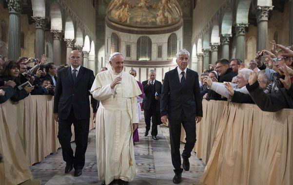 Cuaresma. Francisco parte de la basílica Santa Sabina de Roma luego de celebrar ayer el Miércoles de Cenizas.