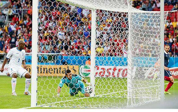 Benzema festeja el segundo gol de Francia ante Honduras