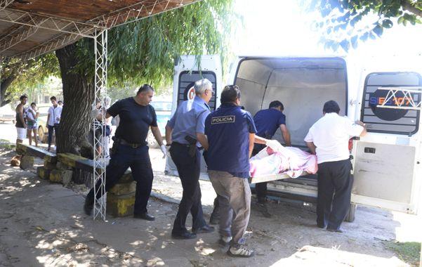 El último adiós. El cuerpo sin vida de don Angel es sacado por la policía camino al Instituto Médico Legal. (foto: Silvina Salinas)