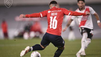 Fabricio Bustos se apresta a convertir el último gol de Independiente, ante River en el Monumental. Ahora, partidazo en Avellaneda.