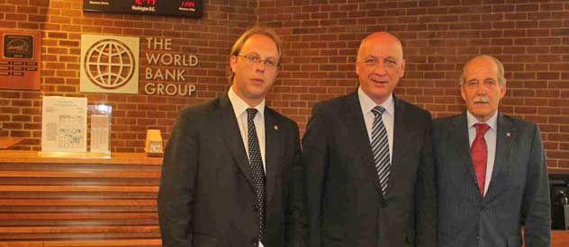 Bonfatti y Sciara junto al representante del Banco Mundial.