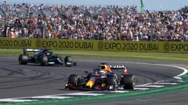 Lewis Hamilton (Mercedes) sigue a Max Verstappen (Red Bull) a quien sacó de la carrera con un toque en la rueda trasera derecha.