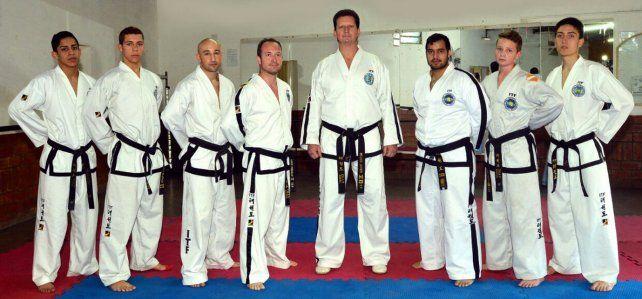 Desde acá. El maestro Javier Meucci (centro)