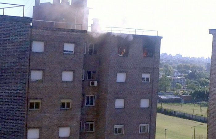 El fuego afectó a dos departamentos del edificio de Oroño y Lamadrid. (Foto: Twitter @Pabarrios22)
