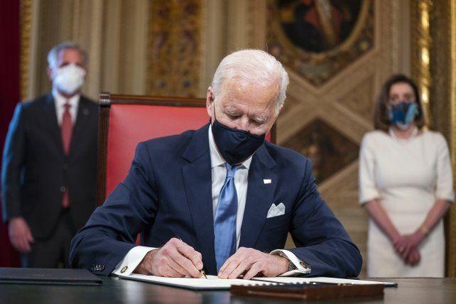 Biden firmó ayer 15 decretos y memorandos para anular políticas de Donald Trump.