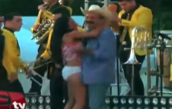 Exigen sancionar a un alcalde mexicano por levantarle el vestido a una mujer