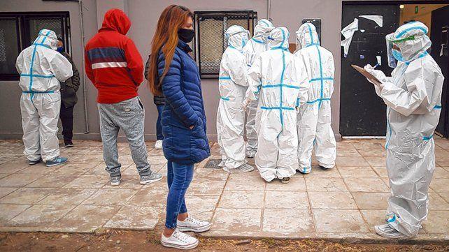 Quilmes. Un encuestador releva a una vecina de la Villa Azul.