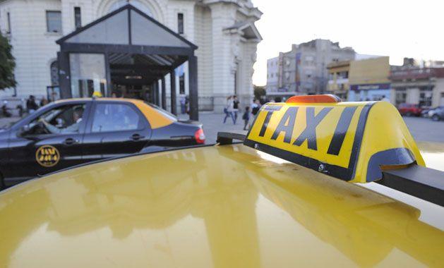 Debate en puerta. Tanto conductores como dueños de taxis coinciden en que está despuntando un año en que los costos del servicio tallarán en los sueldos y las tarifas. (foto: Héctor Rio)