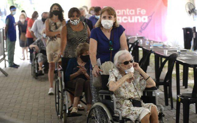 En imágenes: comenzó la vacunación a mayores de 90 años en la ex Rural