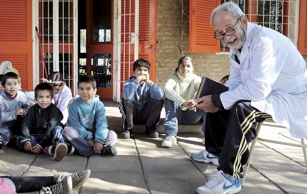 Maestro por vocación. Rubén Ferreyra junto a los alumnos de la primaria y el jardín de infantes de la escuela Nº 1.139