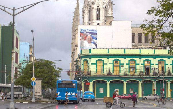 Recibimiento. Un cartel con una imagen de Francisco cuelga en la iglesia del Sagrado Corazón