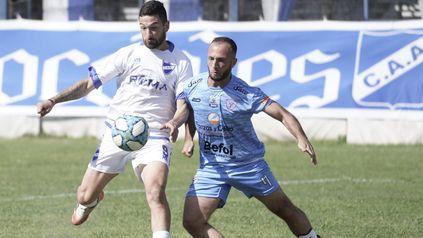 Intratable. Nicolás Heiz anotó el tanto del albo en la igualdad ante Liniers. El delantero es el goleador del equipo con tres goles.