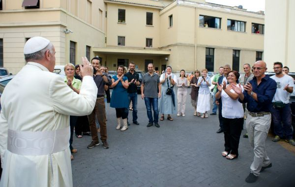 Genio y figura. Jorge Bergoglio visitó sin aviso los talleres y la usina del Vaticano. Los trabajadores lo ovacionaron.