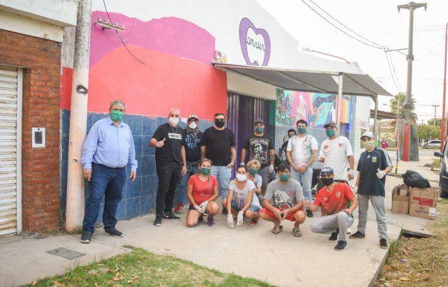 Solidarios. Ricci y Diego Lavezzi junto al grupo de colaboradores en la puerta de Ansur.