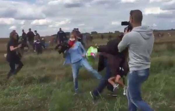 Las imagen muestra el momento en el que la camarógrafa le mete una traba a un hombre que llevaba en brazos a un niño.