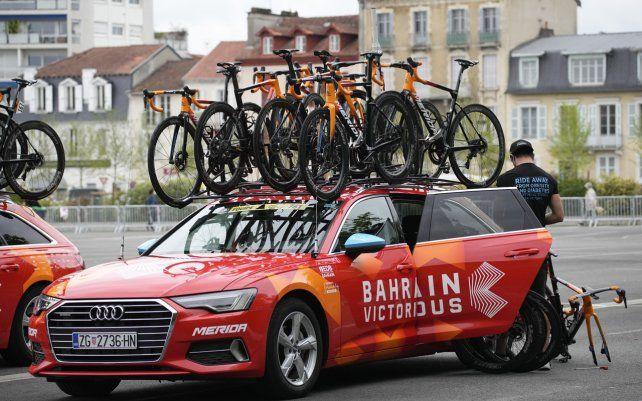 Un mecánico del equipo Bahrein Victorious prepara las bicicletas de los ciclistas antes de la decimoctava etapa de la carrera ciclista del Tour de Francia
