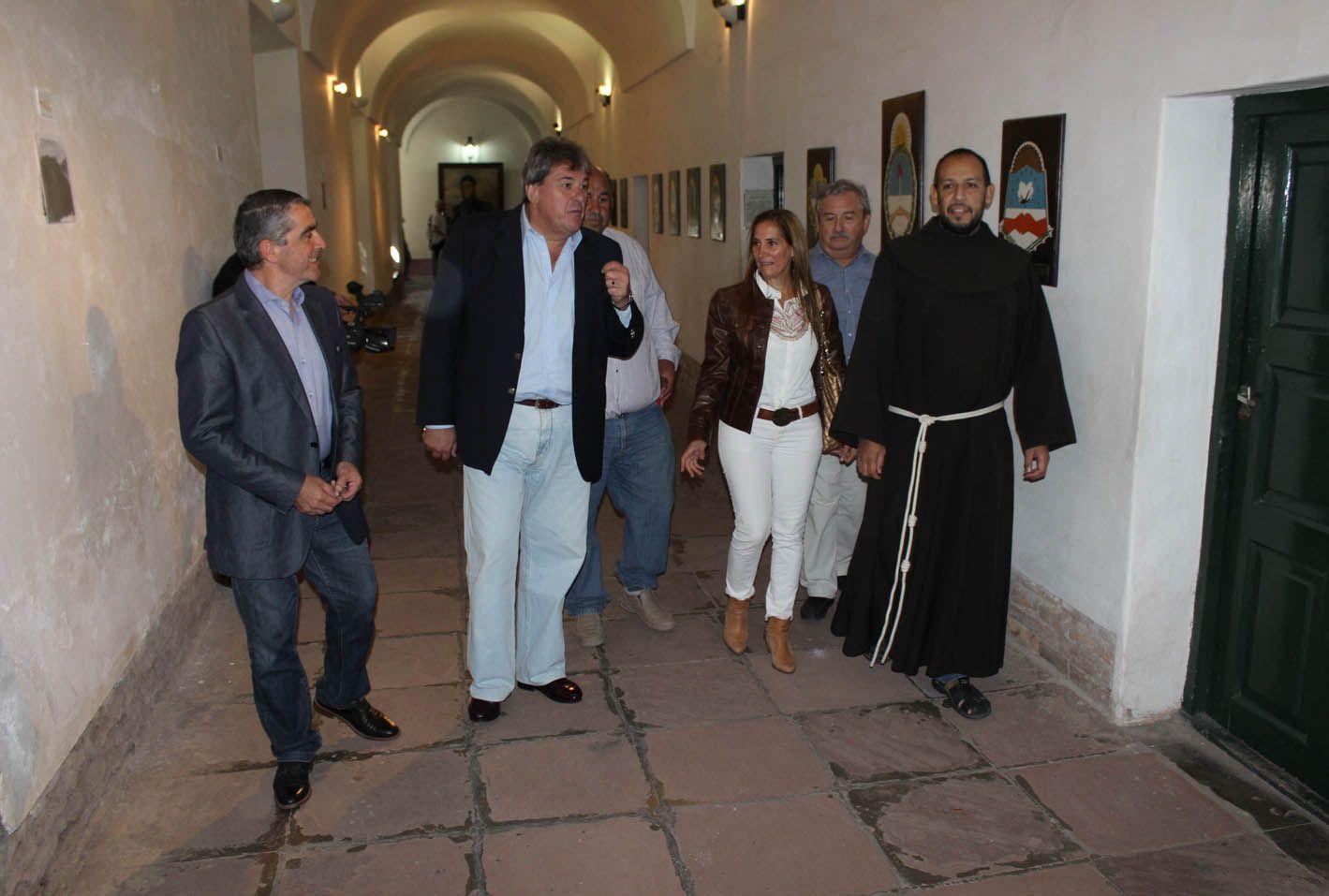 Legisladores. Armando Traferri. Luis Rubeo y Marcela Aeberhard junto a fray Horacio Duarte en el claustro.