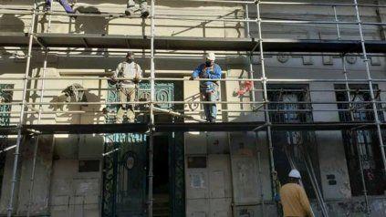 Los obreros comenzaron ayer con la colocación de andamios para trabajar sobre la fachada del centenario inmueble de calle Buenos Aires al 1200.