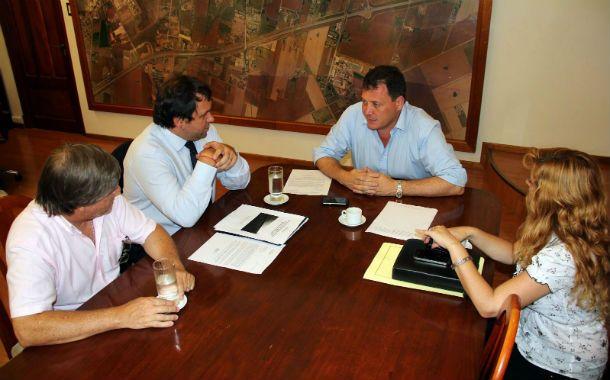 Raimundo recibió la noticia de los funcionarios provinciales.