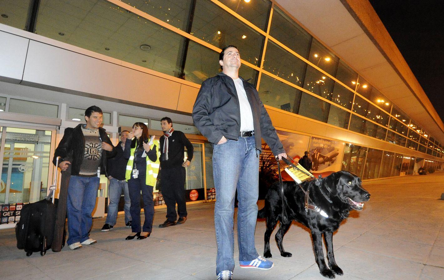 Maximiliano Marc se maneja por la ciudad con su perro guía y fue víctima de la discriminación cuando pretendió abordar un taxi en el centro y el conductor lo echó del vehículo a los empujones