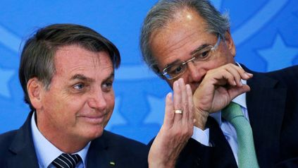 Complicado. Bolsonaro junto a su ministro de Economía, Paulo Guedes, quien se quedó sin equipo de funcionarios.