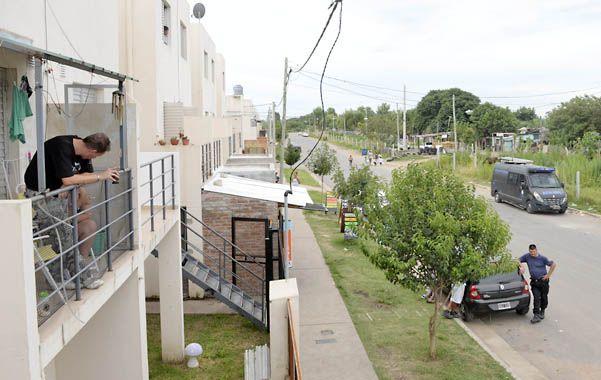 En el balcón. Un vecino espera a los censistas en el complejo Zona Cero. (foto: Silvina Salinas)