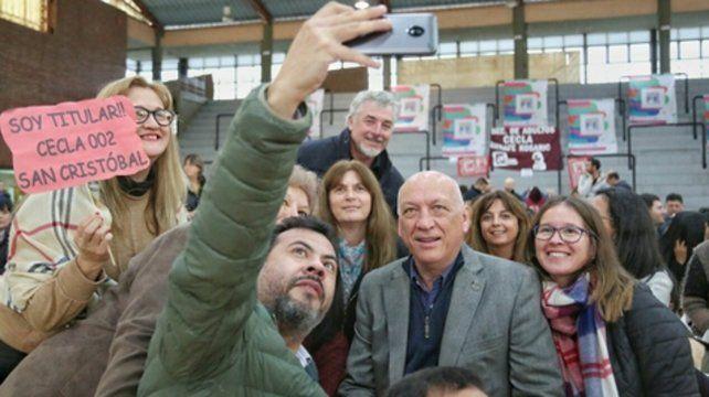 selfie. El candidato a gobernador compartió un acto con docentes.