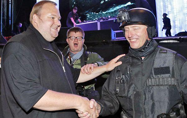 Imbatible. Dotcom (cuyo nombre real es Kim Schmitz) saluda a un policía de Auckland en la presentación de Mega.