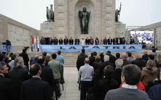 Todos juntos. Una gran bandera celeste y blanca se destacó sobre la mesa de los oradores en el Patio Cívico.