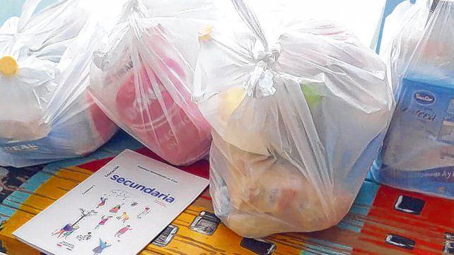 Junto con los bolsones de alimentos