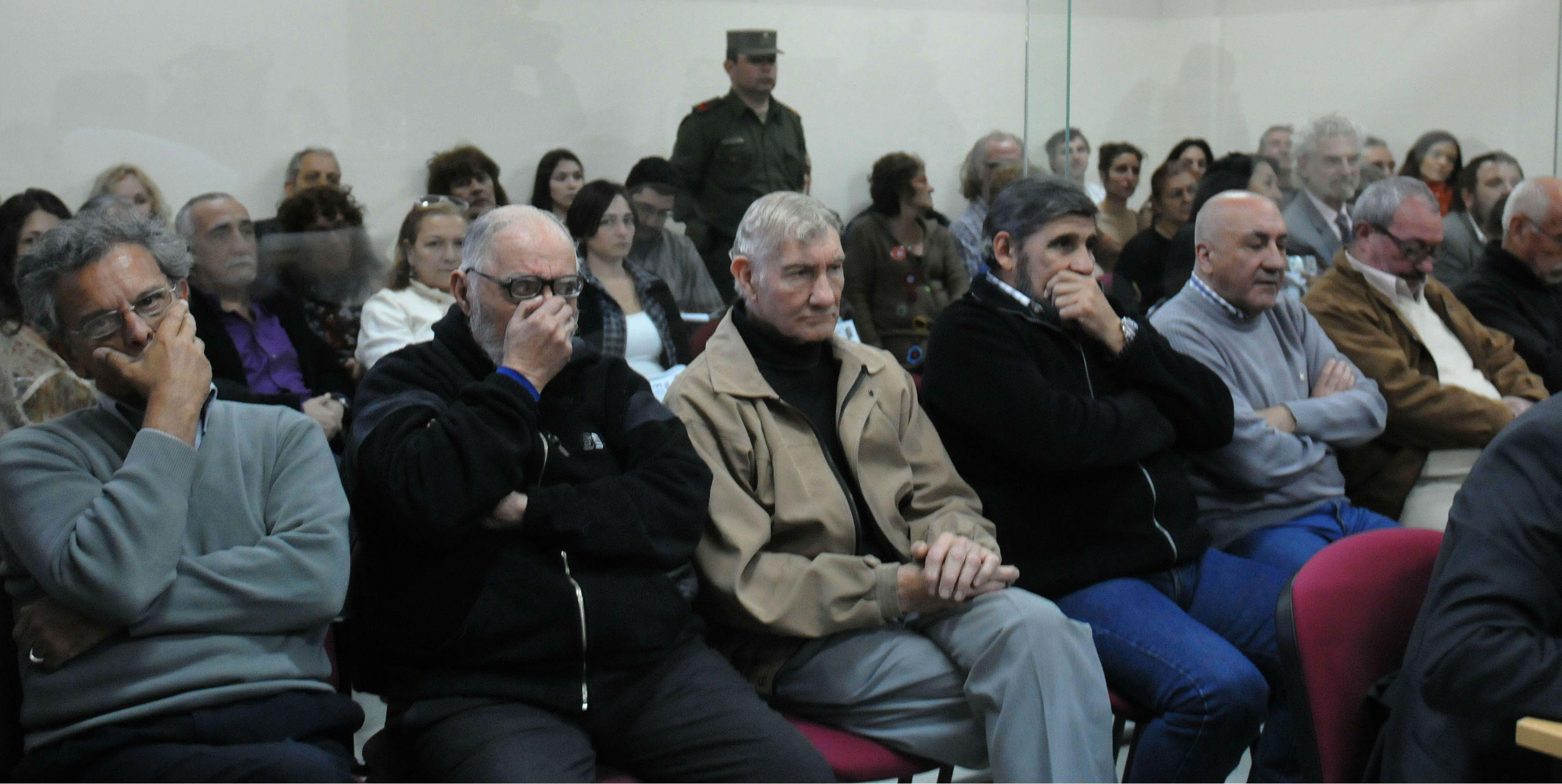 El Tribunal Oral en lo Criminal Federal 2 de Rosario condenó hoy a nueve ex policías santafesinos a penas que van de la prisión perpetua hasta los ocho años de cárcel.